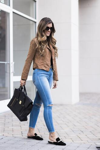 chicstreetstyle blogger jacket jeans sunglasses belt jewels suede jacket handbag loafers skinny jeans spring outfits