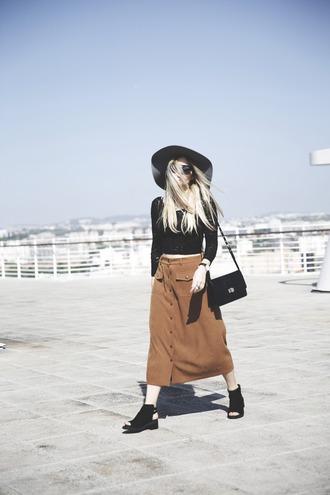 room91 blogger rust suede skirt midi skirt lace top floppy hat boho peep toe spring skirt