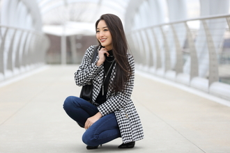 sensible stylista blogger coat jewels bag jeans top shoes houndstooth skinny jeans