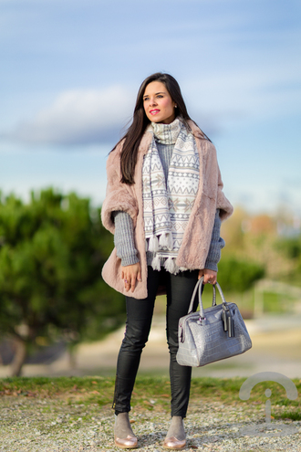crimenes de la moda blogger scarf bag grey sweater faux fur jacket baby pink