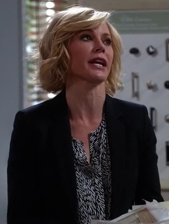top business look julie bowen modern family claire dunphy black jacket print office outfits