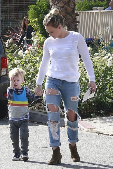 denim jeans ripped jeans boots boyfriend jeans hilary duff fall outfits