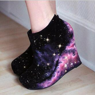 shoes black stars galaxy print wedges shoes black wedges galaxy boots galaxy shoes high heels high heels girly cute fancy pastel pattern print pretty casual spring fall outfits winter outfits weather purple blue navy white steve madden wade wedges love them plataforms pink galaxy wedged wedged galaxy heels girly shoes