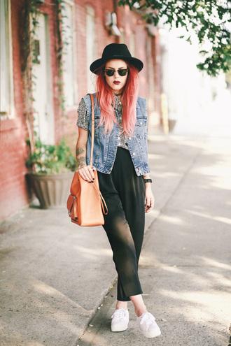 le happy blogger shoulder bag hipster cropped pants denim vest fedora