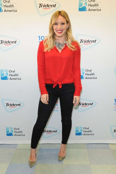 red blouse necklace hilary duff fall outfits