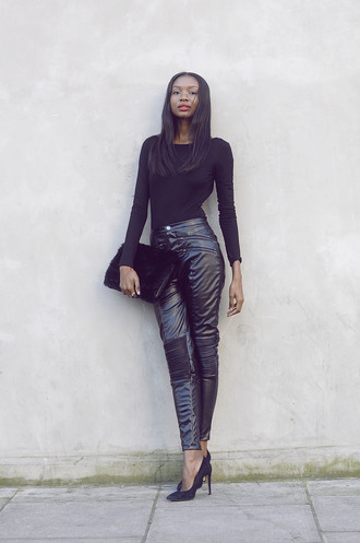 bisous natascha blogger leather pants all black everything pouch pants bag shoes black pouch