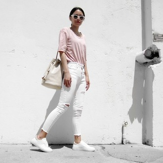le fashion blogger white ripped jeans ripped jeans pink t-shirt bucket bag shoulder bag spring outfits white sneakers white sunglasses pink top white jeans white bag