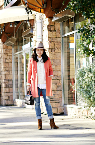 hallie daily blogger hat jeans bag coral cable knit