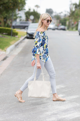 modern ensemble blogger blouse shoes bag sunglasses off the shoulder floral floral top long sleeves grey jeans flats white bag off the shoulder top three-quarter sleeves skinny jeans sandals flat sandals nude sandals tortoise shell tortoise shell sunglasses spring outfits handbag