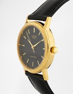 Casio | Casio – MTP1095Q-1A – Schwarze Lederarmbanduhr mit goldenen Details bei ASOS