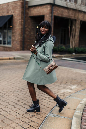 millennielle blogger coat shirt skirt shoes boots rain coat