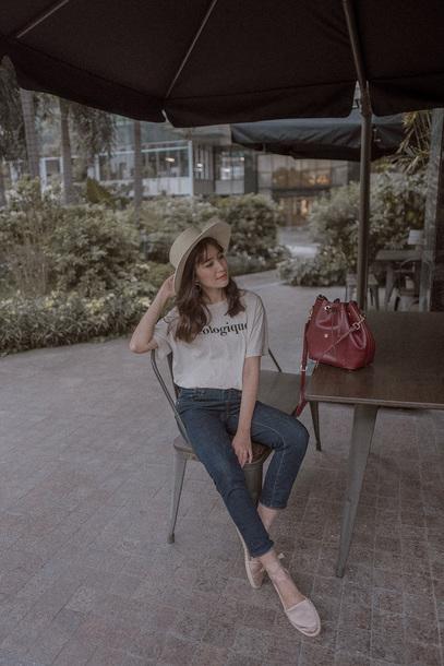 t-shirt denim skinny jeans cropped jeans espadrilles bucket bag summer hat blogger blogger style slogan t-shirts