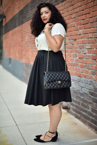 girl with curves blogger t-shirt skirt jewels bag make-up curvy pleated skirt chanel bag classy