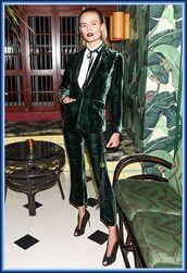 pants,green pants,velvet,velvet pants,kick flare,blazer,green blazer,shirt,white shirt,shoes,black shoes,cropped velvet pants,flare velvet pants