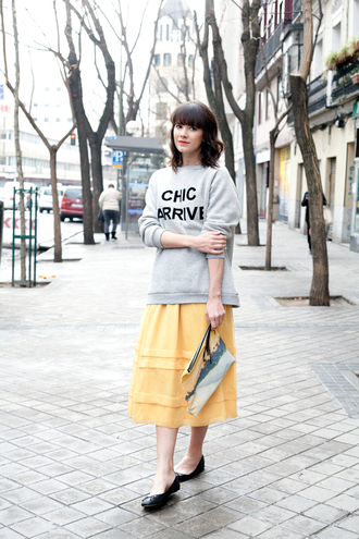 che cosa blogger yellow skirt quote on it grey sweater midi skirt skirt sweater bag