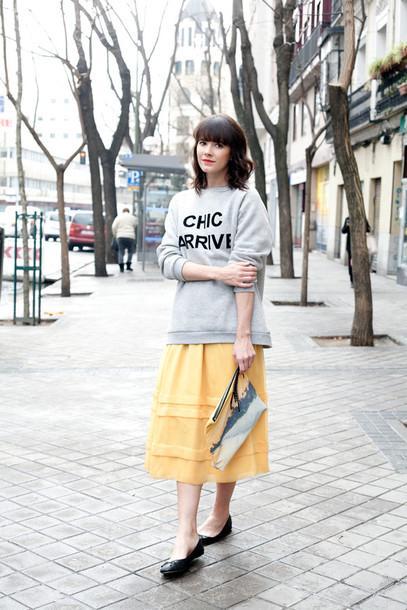 che cosa blogger yellow skirt quote on it grey sweater midi skirt skirt sweater bag