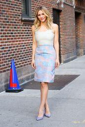 pumps,katharine mcphee,nude top,floral skirt,blue heels