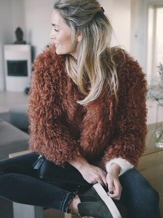 jacket tumblr fuzzy jacket brown brown jacket blonde hair denim jeans black jeans skinny jeans shoes grey shoes bag black bag