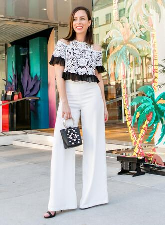 sydne summer's fashion reviews & style tips blogger top pants jewels bag make-up white pants sandals spring outfits