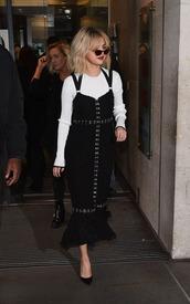 dress,selena gomez,long black dress,black pumpss