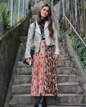 skirt,pleated skirt,floral skirt,printed skirt,midi skirt,ankle boots,black t-shirt,jacket,leather jacket,shoulder bag