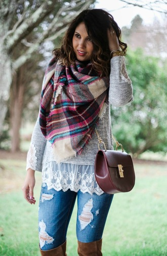 life & messy hair blogger sweater jeans jewels scarf