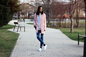 mes memos blogger pink coat ripped jeans white sneakers