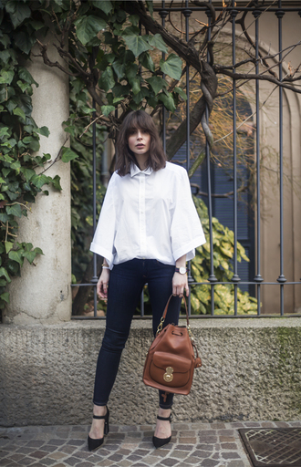 a portable package blogger white shirt skinny jeans brown leather bag shirt jeans bag