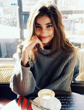sweater,grey,sweatshirt,sweet,sweater weather,grey sweater,oversized sweater,winter sweater,knitted sweater,fall sweater,tumblr outfit,urban outfitters,Taylor hill,model,model off-duty