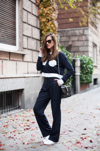 lady addict blogger pants bag sunglasses flare navy cropped sweater spring work outfit