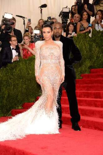 dress met gala 2015 kim kardashian feathers lace kanye west roberto cavalli metgala2015