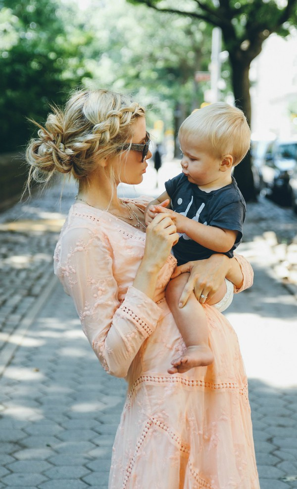 barefoot blonde, blogger, mother and child, hairstyles ...