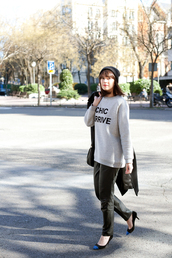 che cosa,blogger,quote on it,grey sweater,black pants,sweater,pants,shoes,coat