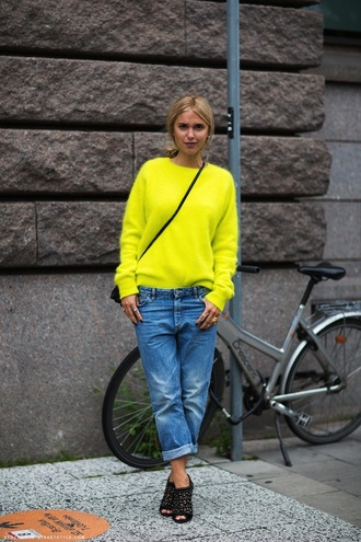 jeans yellow sweater boyfriend jeans cutout black boots black handbag blogger