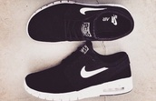 shoes,nike sb,nike running,nike,black,white,summer,spring,hipster,just do it,nike air,earphones,black tennis shoes,tennis shoes,black nike tennis shoes,air max free runs trainers sneakers nike black pink,nike shoes