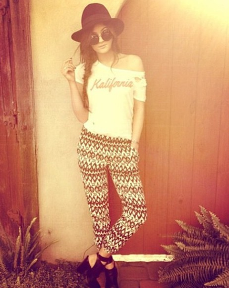 t-shirt california shirt white shoes pants kylie jenner outfits
