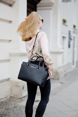 shirt tumblr embroidered embroidered satin shirt satin pink shirt jessica alba jeans black jeans black skinny jeans skinny jeans bag black bag spring outfits