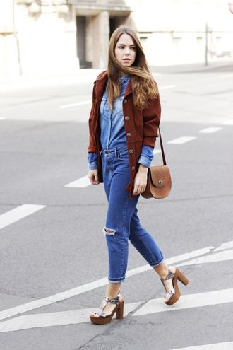 gold schnee blogger platform sandals brown leather bag denim shirt ripped jeans