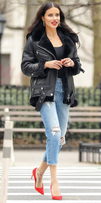 jeans top celebrity model off-duty adriana lima spring outfits pumps cropped jeans