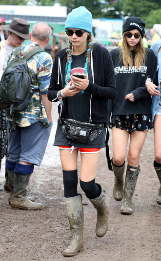 shorts sweatshirt beanie boots cara delevingne festival sunglasses