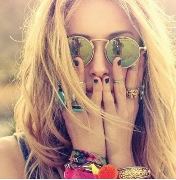nail polish sunglasses round mirror green oil spill gold frame jewels bracelet rings black nail polish black blonde tan summer hair makeup cute