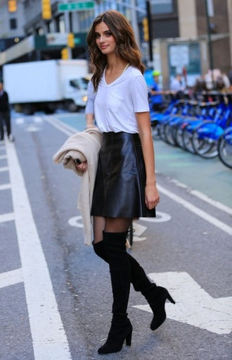 skirt taylor hill model model off-duty black skirt leather skirt boots black boots over the knee boots over the knee t-shirt white t-shirt cardigan