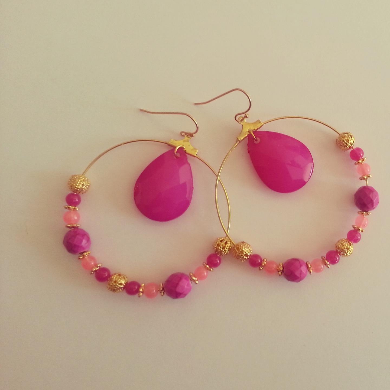 Boucles d'oreille fantaisies : créoles dorées / rose : Boucles d'oreille par mademoiselleclementine