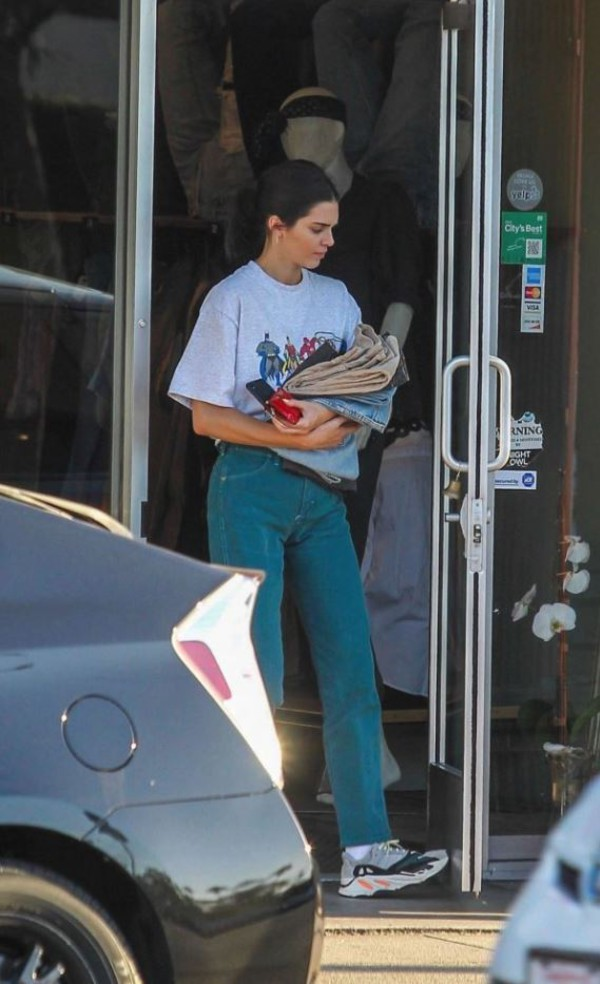 jeans kendall jenner shoes top summer outfits sneakers t-shirt vintage jeans