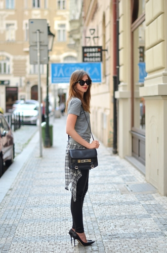 vogue haus blogger leggings sunglasses grey t-shirt shoulder bag
