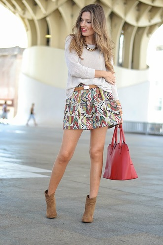 aztec patterned skirt red bag beige sweater gold chain mini skirt suede boots