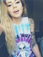 tie dye,quote on it,graphic tee,make-up,alien,shirt