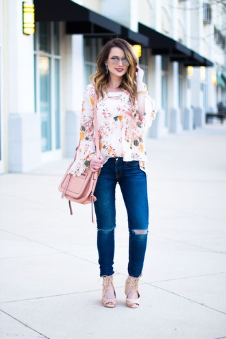 kiss me darling blogger blouse shoes jewels make-up pink bag shoulder bag floral top sandals skinny jeans
