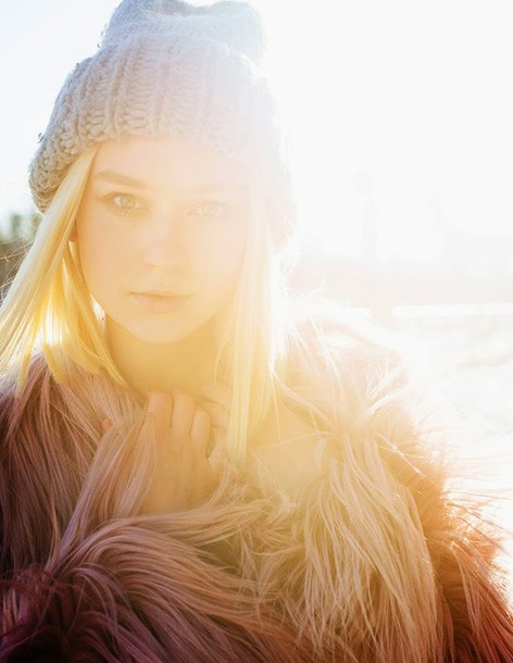 lena's perfection blogger knitted beanie dusty pink blonde hair fluffy texture