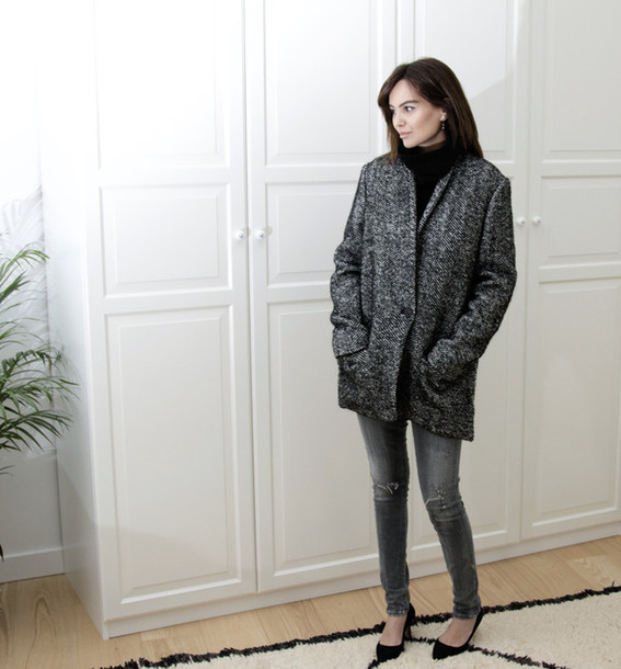 by funda blogger grey coat grey jeans minimalist